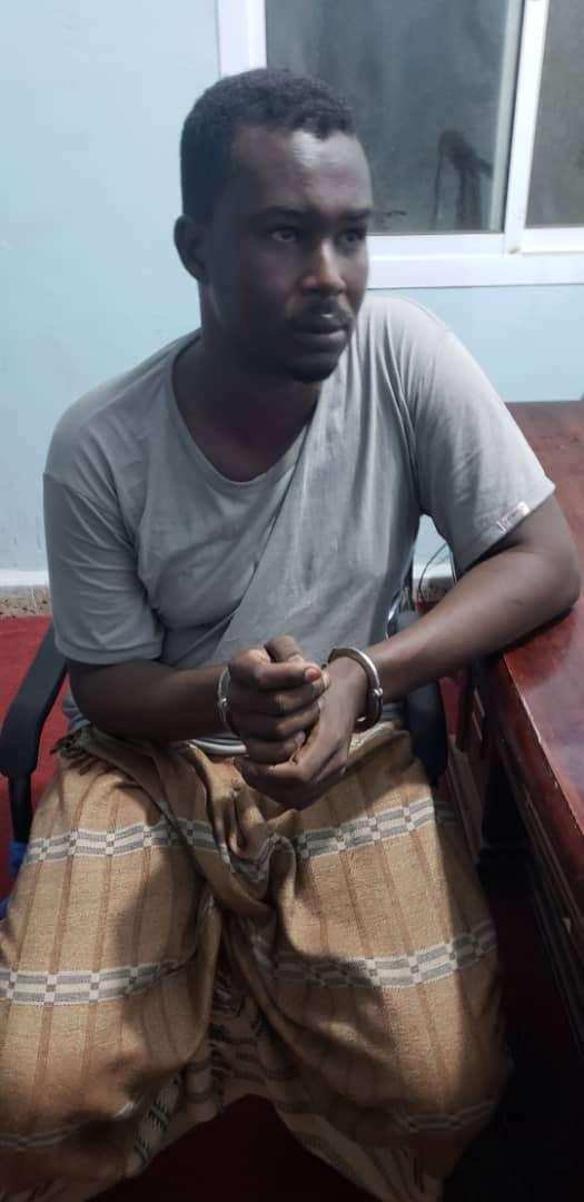 إدارة أمن أبين تقبض على مهرب سلاح صومالي كبير في مدينة أحور وتتعقب البقية