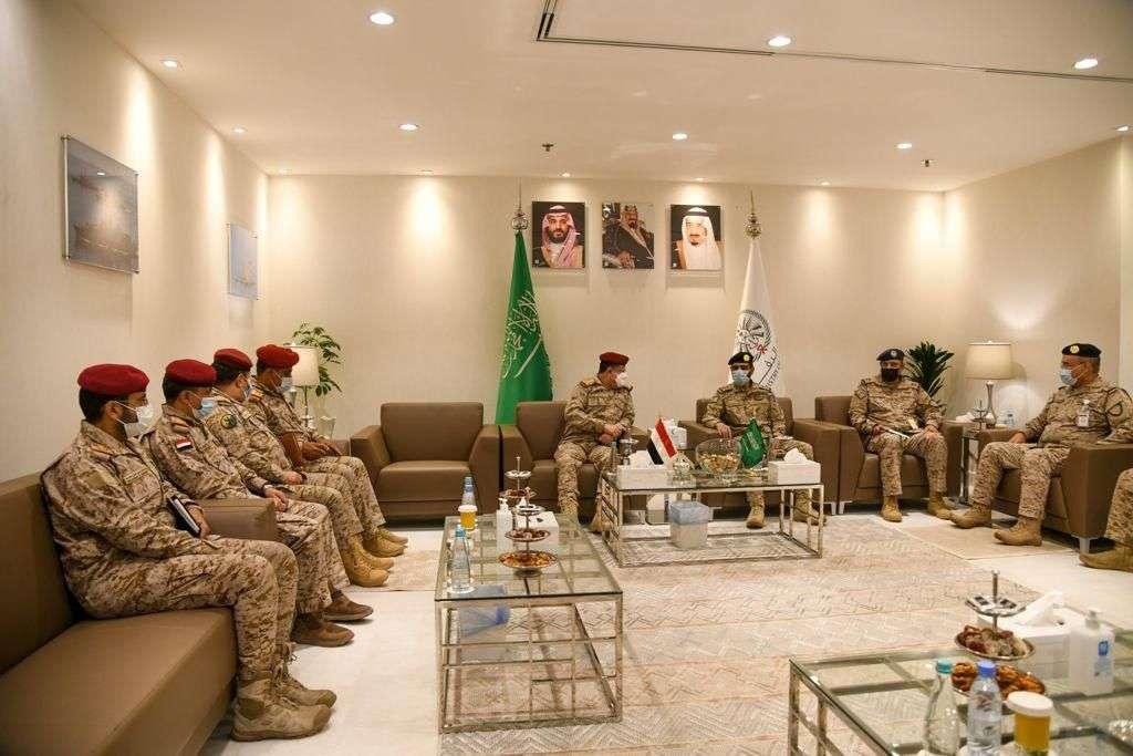 وزير الدفاع يزور قيادة القوات المشتركة ويلتقي الفريق الازيميع