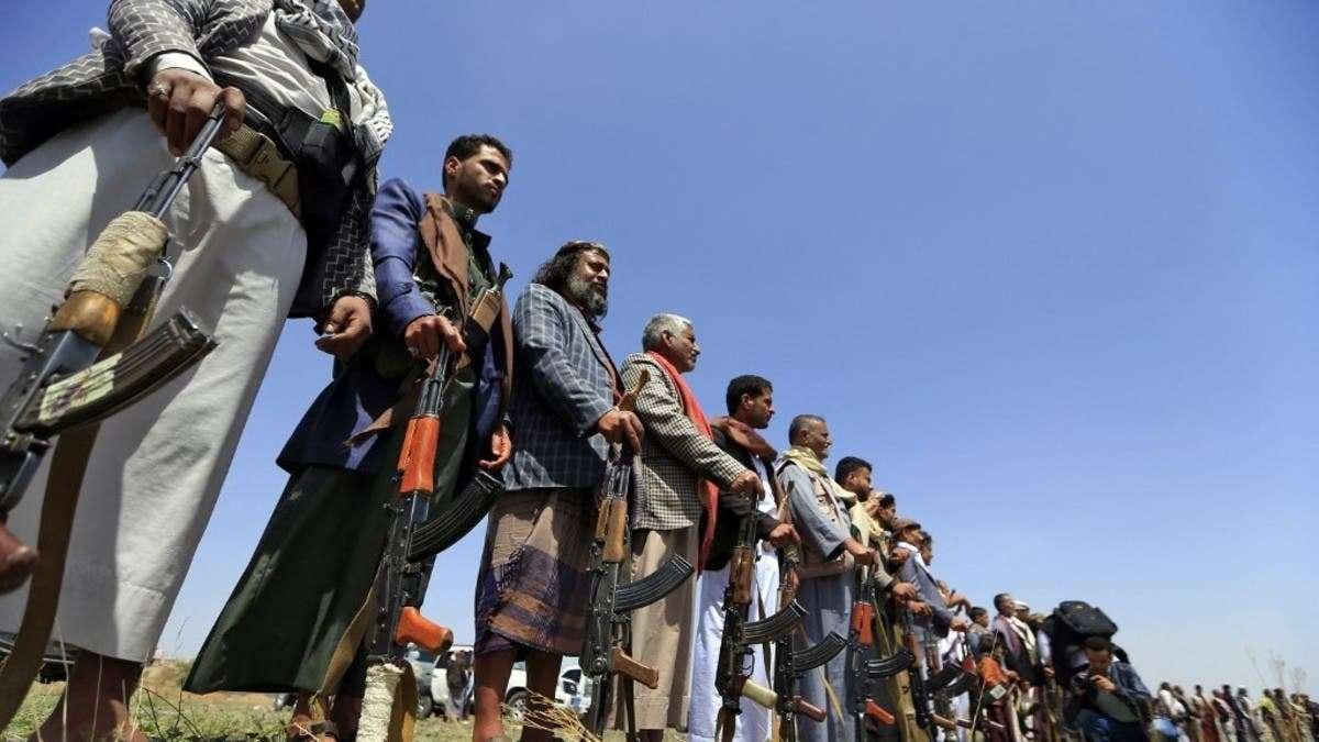 بينهم محكومون بالإعدام.. السجناء وقود الحوثي للحرب