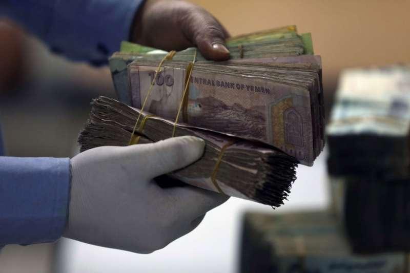 شركات الصرافة بعدن تشتري العملة ولا تبيعها