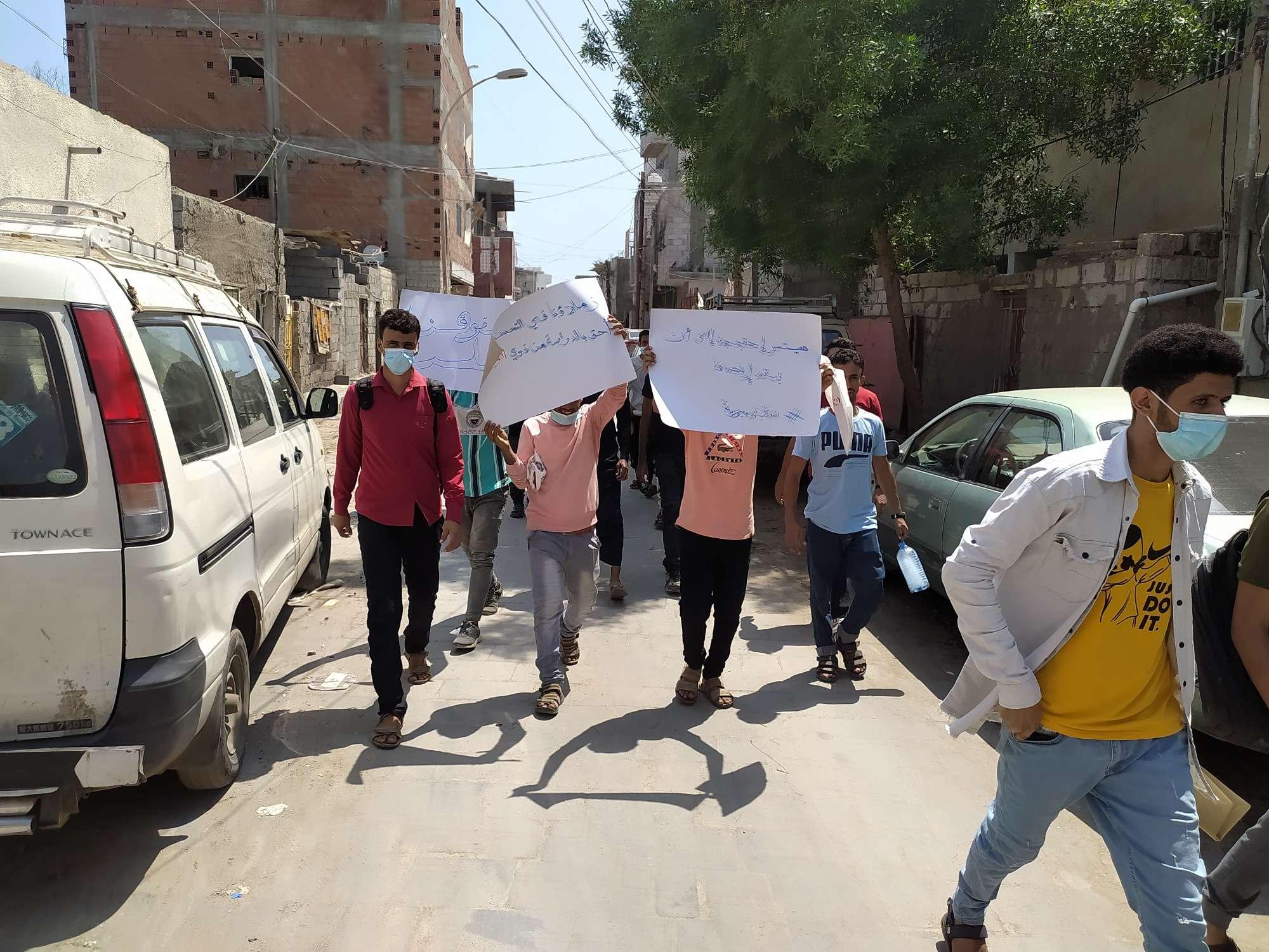 طلاب كلية الطب السنة التحضيرية جامعة عدن يدعون إلى تنفيذ وقفة احتجاجية يوم غداً امام الكلية