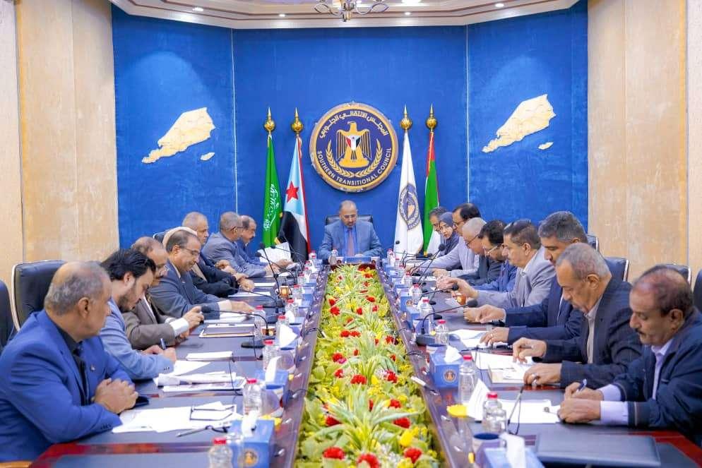 الانتقالي يتهم  الرئاسة  برفض عودة حكومة المناصفة إلى  عدن